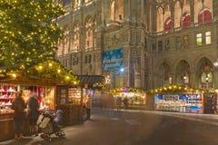 维也纳,奥地利- 2014年12月19日:镇大厅或Rathaus和圣诞节市场在Rathausplatz摆正 免版税图库摄影