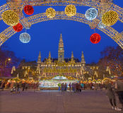 维也纳,奥地利- 2014年12月19日:镇大厅或Rathaus和圣诞节市场在Rathausplatz摆正 库存图片