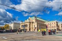 维也纳,奥地利- 2016年10月05日:维也纳国家歌剧院和上面公共交通工具线 免版税库存图片