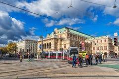维也纳,奥地利- 2016年10月05日:维也纳国家歌剧院和公共交通工具线 人们 免版税图库摄影