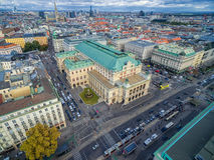 维也纳,奥地利- 2016年10月05日:维也纳国家歌剧院和都市风景与多云蓝天 免版税库存照片