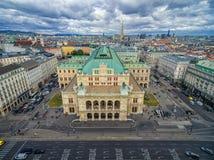 维也纳,奥地利- 2016年10月05日:维也纳国家歌剧院和都市风景与多云蓝天 库存图片