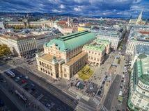 维也纳,奥地利- 2016年10月05日:维也纳国家歌剧院和都市风景与多云蓝天 免版税库存图片