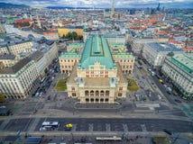 维也纳,奥地利- 2016年10月05日:维也纳国家歌剧院和都市风景与多云蓝天 库存照片