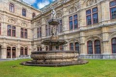 维也纳,奥地利- 2016年10月05日:维也纳国家歌剧院喷泉和雕象 免版税库存照片