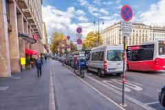 维也纳,奥地利- 2016年10月05日:维也纳国家歌剧院地区和禁止停车标志 免版税库存照片