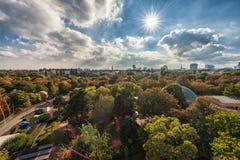 维也纳,奥地利- 2016年10月07日:维也纳巨人弗累斯大转轮 熏肉香肠Riesenrad 维也纳都市风景和公园 免版税图库摄影