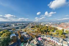维也纳,奥地利- 2016年10月07日:维也纳巨人弗累斯大转轮 熏肉香肠Riesenrad 维也纳都市风景 免版税库存照片