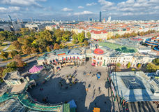 维也纳,奥地利- 2016年10月07日:维也纳巨人弗累斯大转轮 熏肉香肠Riesenrad 维也纳都市风景 图库摄影