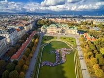 维也纳,奥地利- 2016年10月09日:贝尔维德雷宫和庭院有喷泉的 观光的对象在维也纳,奥地利 库存照片
