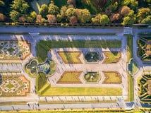 维也纳,奥地利- 2016年10月09日:贝尔维德雷宫和庭院有喷泉的 观光的对象在维也纳,奥地利 免版税库存照片