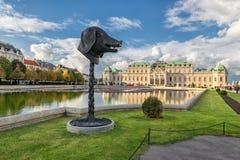 维也纳,奥地利- 2016年10月09日:贝尔维德雷宫和庭院有喷泉的 观光的对象在维也纳,奥地利 库存图片