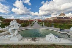 维也纳,奥地利- 2016年10月09日:贝尔维德雷宫和庭院有喷泉的 观光的对象在维也纳,奥地利 免版税图库摄影
