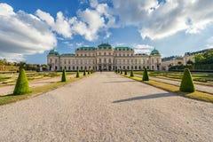 维也纳,奥地利- 2016年10月09日:贝尔维德雷宫和庭院有喷泉的 观光的对象在维也纳,奥地利 图库摄影