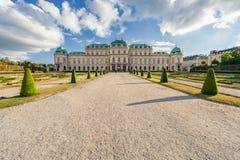 维也纳,奥地利- 2016年10月09日:贝尔维德雷宫和庭院有喷泉的 观光的对象在维也纳,奥地利 免版税库存图片