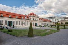 维也纳,奥地利- 2016年10月09日:贝尔维德雷宫和庭院 观光的对象在维也纳,奥地利 免版税库存照片