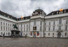 维也纳,奥地利- 2016年10月06日:Josephs雕象Kaiser约瑟夫II在奥地利国立图书馆前面 免版税库存照片
