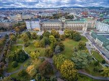 维也纳,奥地利- 2016年10月05日:Neue城镇宫殿和Burggarten公园在维也纳,奥地利 免版税库存照片