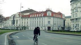 维也纳,奥地利- Konzerthaus 12月, 24个熏肉香肠,著名音乐厅,在孤独的骑自行车者普遍旅游后 库存图片