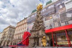 维也纳, AUTRIA -双十国庆, 2016年:有游人的维也纳老镇街道 困扰专栏位于Graben的三位一体专栏, 免版税库存照片