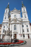 维也纳-巴洛克式的教会玛丽亚Treu和专栏。教会是在几年1698 bis之间的修造1719 免版税库存照片