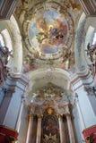维也纳-巴洛克式的教会玛丽亚Treu圆屋顶和法坛。 免版税库存照片