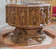 维也纳-圣斯蒂芬斯大教堂或Stephansdom哥特式大理石洗礼池的低部在st凯瑟琳教堂里 库存照片