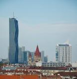维也纳-奥地利- 2013年10月:在维也纳的看法从上面弗累斯大转轮在多云天 免版税库存图片