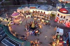 维也纳prater在冬天从巨型轮子的圣诞节视图阐明的公园吸引力 库存图片