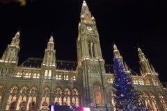维也纳Rathaus在与圣诞树的晚上 图库摄影