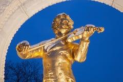 从维也纳Stadtpark的维也纳-小约翰・施特劳斯古铜色纪念品埃德蒙Hellmer从在冬天黄昏的年1921年 免版税库存图片