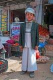 也门孩子在Sana'a耶路撒冷旧城的盐市场的上穿一条头巾, suq,也门,日常生活 免版税图库摄影