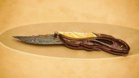 习惯刀子大马色钢雕刻珍珠 免版税库存图片