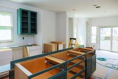 习惯厨柜以设施基地各种各样的阶段海岛的在中心 库存照片
