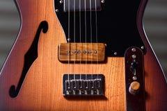 习惯棕色电吉他 免版税图库摄影