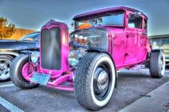 习惯美国20世纪30年代桃红色福特旧车改装的高速马力汽车 库存图片