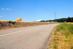 乡下公路向右转 免版税库存图片