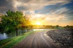 乡下公路和河 免版税库存照片