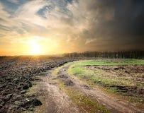 乡下公路和被犁的土地 免版税库存图片