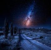 乡下公路导致皮恩扎的在晚上,托斯卡纳,意大利 库存图片