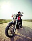 乡下公路的骑自行车的人 免版税图库摄影