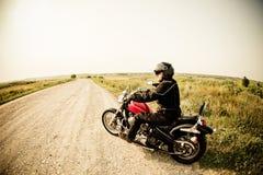 乡下公路的骑自行车的人 库存照片