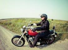 乡下公路的骑自行车的人 免版税库存照片