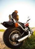 乡下公路的骑自行车的人 免版税库存图片