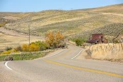 绕乡下公路秋天的爱达荷谷仓 库存图片