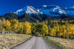 乡下公路12出于往圣胡安山的里奇韦科罗拉多与秋天颜色 图库摄影