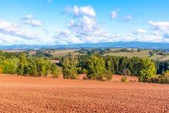 乡下典型的红色土壤在新帕卡附近的 与巨人山的农业风景背景的 捷克语 免版税图库摄影