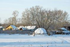 乡下在冬天 与一个干草堆的农村场面在村庄 免版税库存图片