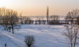 乡下在日落期间的冬天视图 免版税库存图片