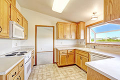 乡下房子内部 有有圆顶的ceilign的厨房室 免版税库存图片